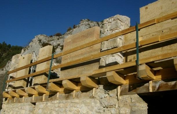 Murs estructurals de terra compactada de la façana sud al Refugi d'Ardericó, El Ca tllaràs
