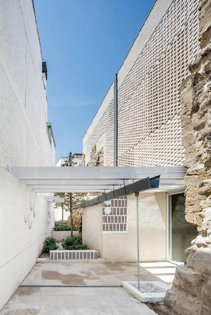 Fotos de l'interior amb la duplicitat dels nous murs ceràmics.