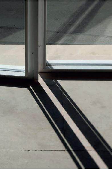 Fotografia de fusteries o detall constructiu de les juntes obertes.