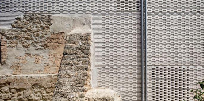 Imatge exterior on s'observen els materials originals i els nous.