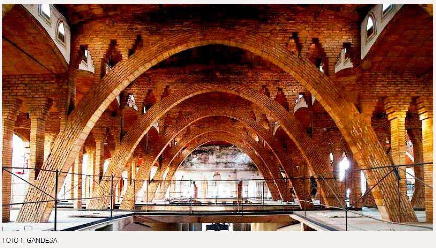 Foto de les grans arcades del Celler Cooperatiu de Gandesa.,