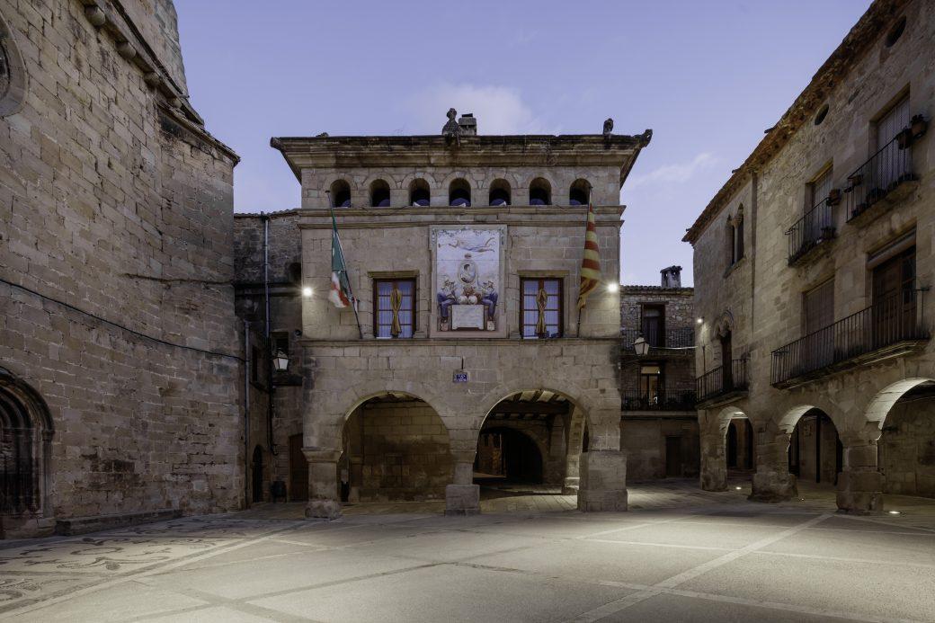 La Casa de la Vila amb l'obra de la Plaça de l'Església finalitzada